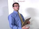 El profesor gay le lanza miradas pervertidas