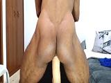 Gay musculoso negro se mete un consolador gigante