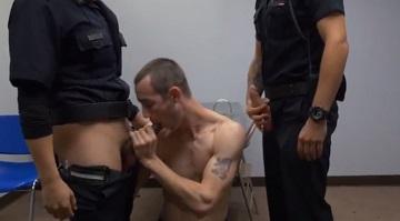 Follada gay con uniformes de policía