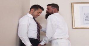 Un hijo caliente le folla el culo a su padre gay