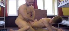 Dos gays activos follándose a un pasivo