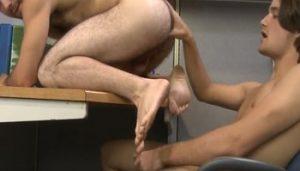 Hombre peludos se follan los culos sin parar en la oficina