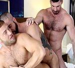 Un trío gay con hombres musculosos follando