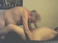 Al abuelo gay se la meten por el culo