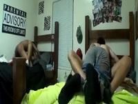 Descubren a dos estudiantes gays follando con cámara oculta