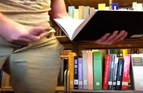 Gay caliente masturbándose en una biblioteca