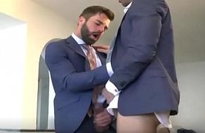 Hector de Silva es un hombre de negocios gay