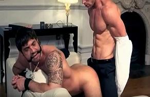 Amordaza a su sirviente gay y se lo folla en el salón
