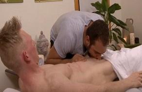 Brock Avery hace que un gay se corra en una follada con masaje