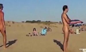 Graban a unos gays follando en una playa nudista