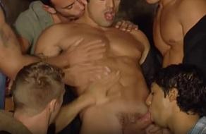 gay le folla en la silla desnudo