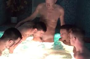 Al viejo gay le hacen una mamada en el jacuzzi