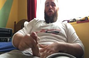 Oso masturba su gran polla concienzudamente