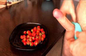 Ruso se corre en las fresas con anillo vibrador